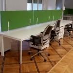 Postazioni operative con scrivania da 160x80, pannelli fonoassorbenti e sedute - Foto