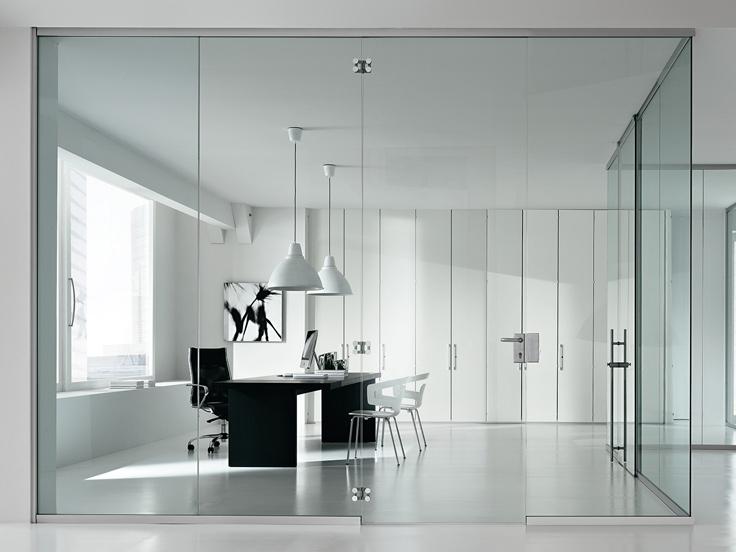 Per creare una stanza in un open space senza sacrificare la luminosità dell'ambiente, le pareti divisorie in cristallo sono perfette. Per la privacy, è possibile affiancare un sistema di tende tecniche, da chiudere al bisogno.