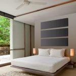 Pannelli fonoassorbenti fissati a parete in composizione decorativa in armonia cromatica con la camera da letto