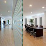 Pannelli fonoassorbenti fissati a parete in vetro e montati su struttura a pavimento per la sala riunioni