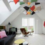 Pannelli fonoassorbenti multicolor orientabili montati su struttura a soffitto fissa in zona relax domestica