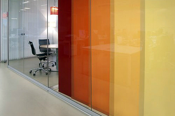 Un sistema di tende a pannello in colori vivaci arreda con grinta e assicura discrezione (fonte: Web)