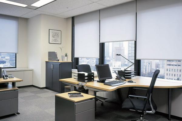 Tende da ufficio a rullo in ufficio operativo open space (fonte: Web)