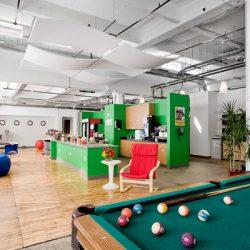 L'area relax degli uffici di Google a Zurigo: un bar, poltrone, pouf e un tavolo da biliardo.