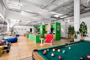 L'area relax degli uffici di Google a Zurigo: una cucina, poltrone, pouf e... un tavolo da biliardo.