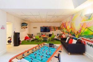 Ecco l'area relax degli uffici di Prestashop a Parigi: anche qui troviamo colori allegri e vivaci, un'atmosfera molto informale e... un calcio balilla!
