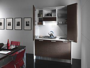 Una cucina monoblocco e a scomparsa pratica e moderna della linea Offic'è di Colombini.