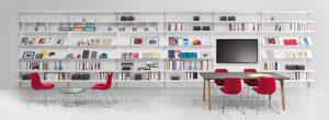 La libreria-espositore realizzata con il sistema d'arredo Big di Caimi Brevetti: è modulare, quindi si può adattare a qualunque esigenza.