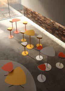 i coloratissimi elementi della serie Kensho di Kastel, con gli sgabelli Kensho Stool e i tavolini Kensho Tables.