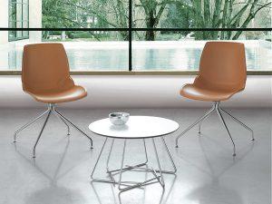 Il tavolino SUSU di Caimi Brevetti: ha una particolare struttura in acciaio cromato e il piano è disponibile in vetro temperato o in laminato stratificato.