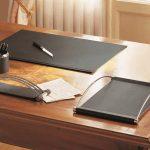 1 - Il set da scrivania Master di Caimi unisce similpelle e metallo cromato per un effetto elegante e professionale.