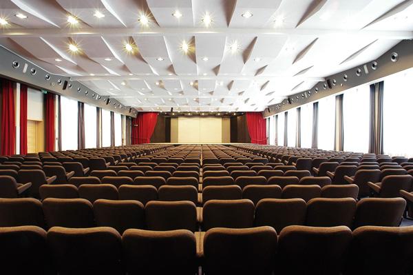Le sale polifunzionali ospitano eventi che coinvolgono un numero elevato di persone.