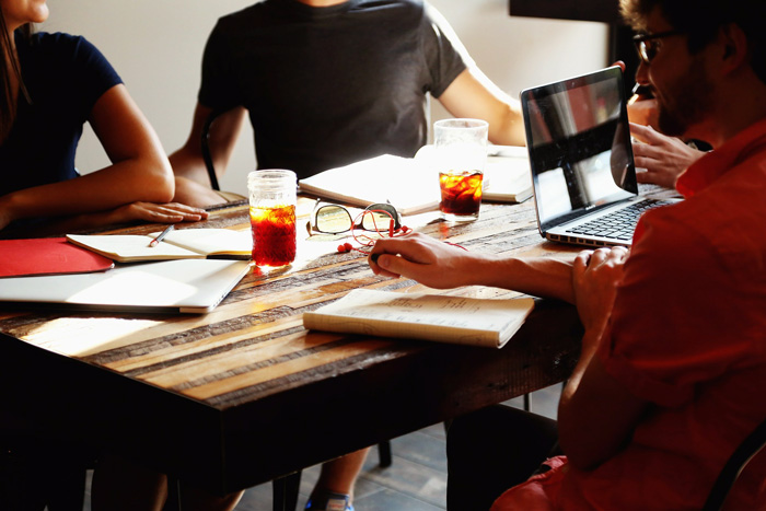 La progettazione di un ufficio inizia con uno scambio di idee con il committente.
