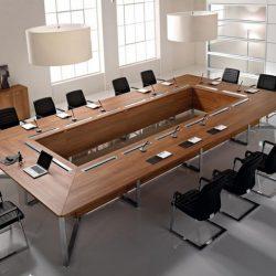 Un tavolo riunioni in una calda finitura legno e dalle linee eleganti di Uffix.