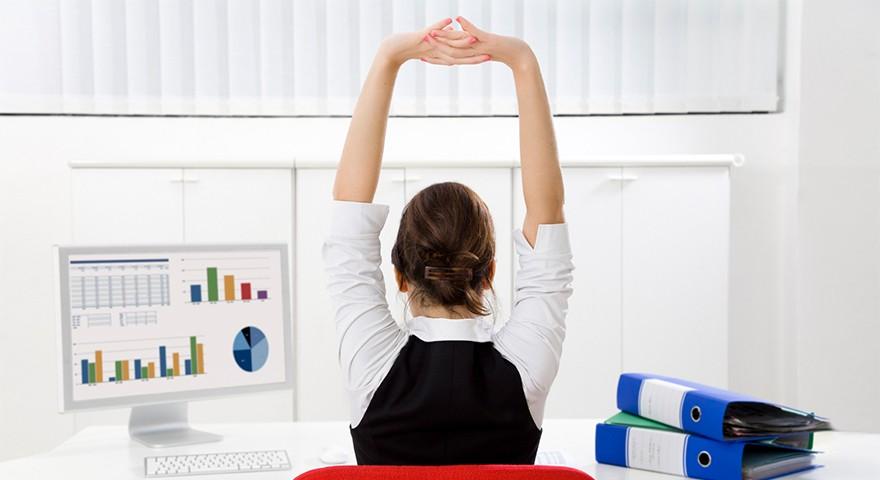 La ginnastica alla scrivania per combattere i dolori della sedentarietà