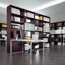 Libreria per ufficio free standing con funzione divisoria in ambiente open space (Quadrifoglio).