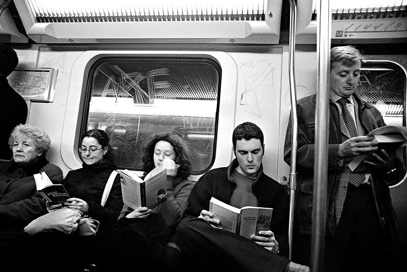 Leggere nel tragitto casa-lavoro, se se ne ha la possibilità, ci aiuta a rilassarci e ad affrontare meglio la vita da ufficio.