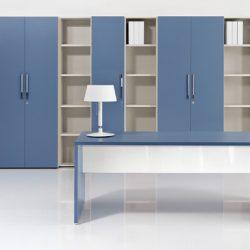 Un ufficio direzionale in una tonalità di blu molto rilassante. La proposta è di About Office.