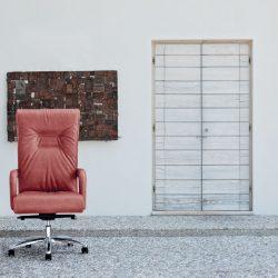 La poltrona direzionale è la seduta per ufficio che parla di comfort e autorevolezza.
