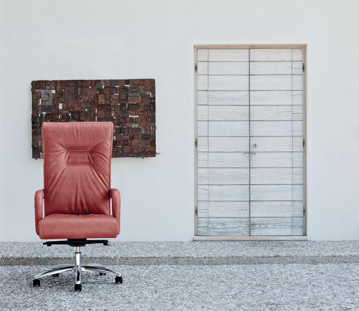 Un classico rivisitato, con un'ampia imbottitura e un rivestimento morbido: in foto, una poltrona direzionale secondo Milani (Lopez).
