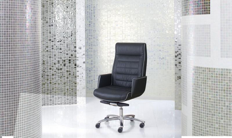 Immaginatevi seduti su questa poltrona direzionale: non vi sentireste subito più... importanti? Si chiama Mr. Big ed è firmata Luxy.