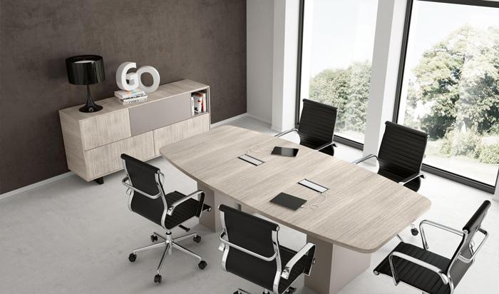 Questo tavolo riunione dalla forma rettangolare stondata assicura ai partecipanti un ampio spazio di lavoro. Al centro, le fessure passacavi garantiscono ordine e praticità. [Colombini]