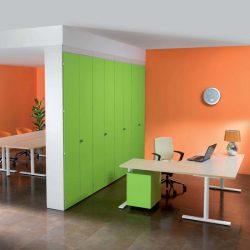 L'arredo ufficio colorato nella tonalità verde mela è valorizzato dalle pareti color pesca. Avreste mai immaginato un'accoppiata simile? [About Office]