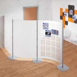 """Alcuni pannelli divisori fissati a parete possono tutelare la privacy e allo stesso tempo creare corridoi e percorsi """"consigliati""""."""