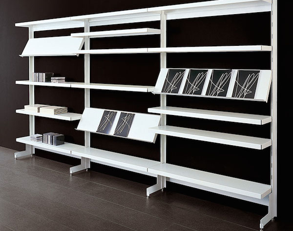Cataloghi e pubblicazioni aziendali, ma anche riviste di approfondimento o di intrattenimento, possono trovare lo spazio che meritano in questo elegante portariviste da parete firmato Caimi Brevetti.