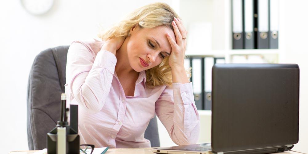 Mal di schiena, mal di testa, tensione e dolore alle spalle, problemi alla vista, dolore al collo e dolore al polso o al braccio di utilizzo del mouse sono i dolori da ufficio più diffusi.