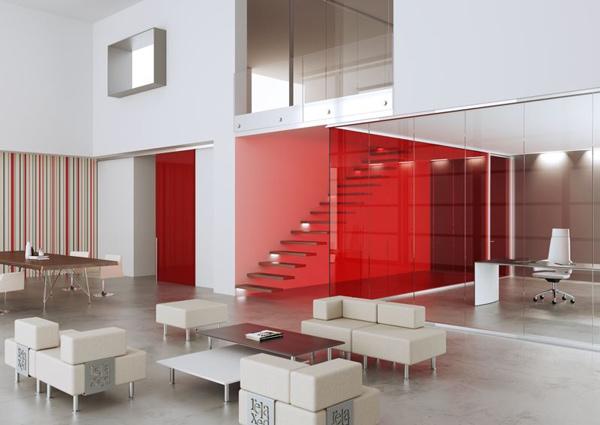 Trasparenza e colore, eleganza e grinta: questa soluzione divisoria monovetro permette di dividere gli spazi con stile. La realizzazione in foto è firmata Mascagni.