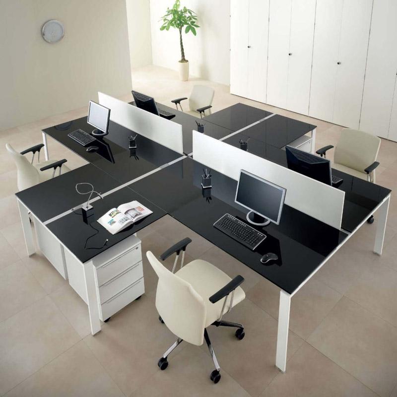 Quattro scrivanie con penisola creano un'isola operativa funzionale e bella da vedersi. [Nella foto: Us di About Office]