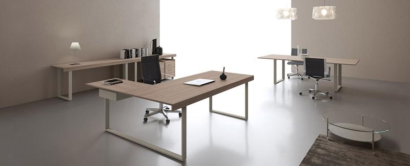 Un ufficio direzionale lineare, elegante e... ideale, grazie ad una scrivania con penisola. [Nella foto: Essence di Uffix]