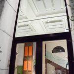 A Milano, nell'elegante ristorante Camillo Benso, i pannelli Mitesco fissati al soffitto in una colorazione tono su tono migliorano l'acustica dell'ambiente con discrezione.