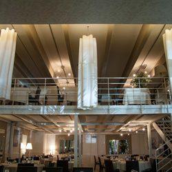 Al Grig di Nova Milanese troviamo gli eleganti drappeggi di Diesis appesi al soffitto...