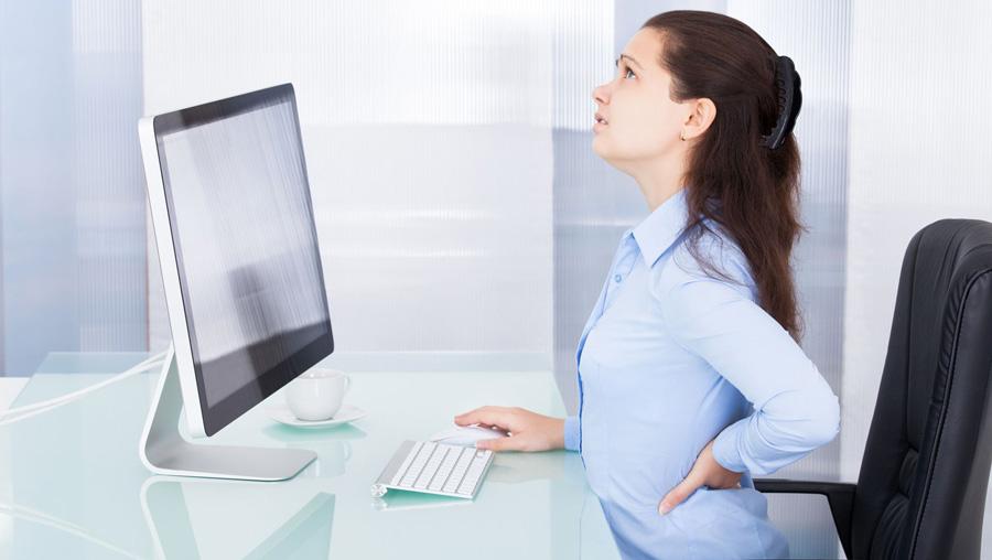 Mal di schiena e dolori alla zona cervicale sono fastidi all'ordine del giorno per chi svolge un lavoro sedentario. La buona notizia è che la causa non è il lavorare alla scrivania in sé, ma il modo in cui si sta seduti, e su questo è possibile intervenire!