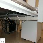 Dettaglio scrivania operativa con vassoio passacavi - Foto