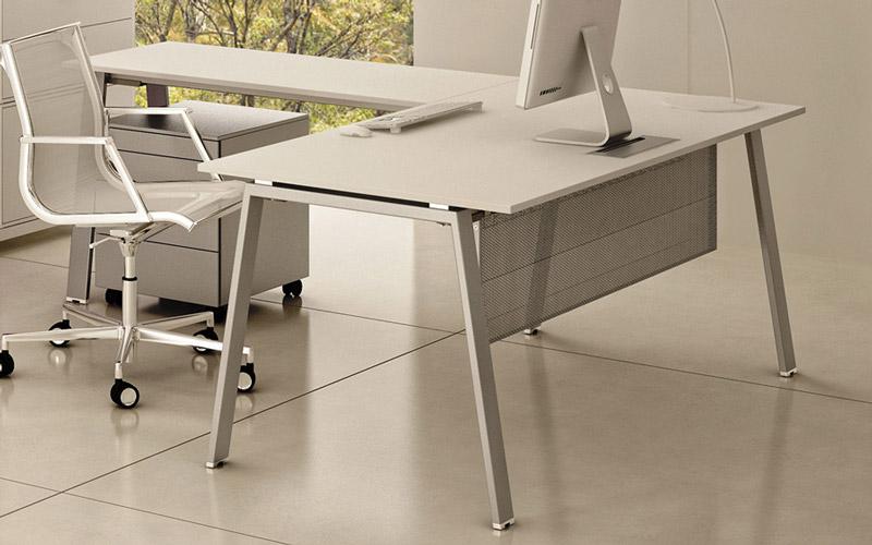 La scrivania angolare, detta anche scrivania ad L, scrivania ad angolo o scrivania con penisola, è la preferita di manager e impiegati. [Nella foto: Take Off di Bralco]