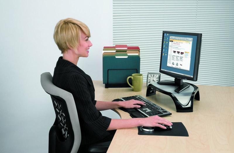 Il monitor poggia su un supporto per cui il lavoratore non è costretto a tenere costantemente il collo inclinato verso il basso.